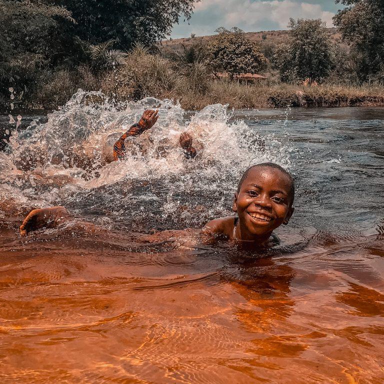 Enfant de Kinshasa dans l'eau | Kin La Belle Urban Streetwear Vêtement Haut Pull T-Shirt Hoodie